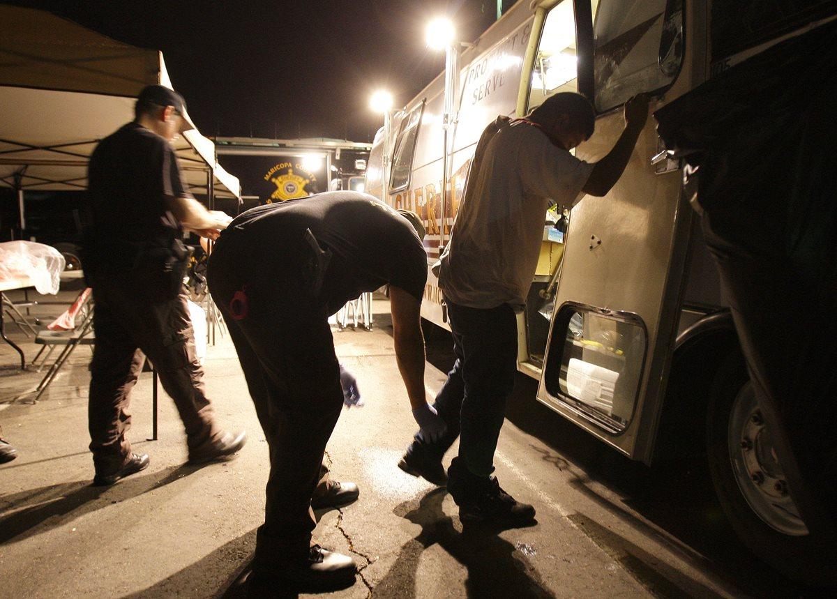 Un indocumentados es registrado por agentes de inmigración en Phoenix, Arizona. (Foto Prensa Libre:AP).