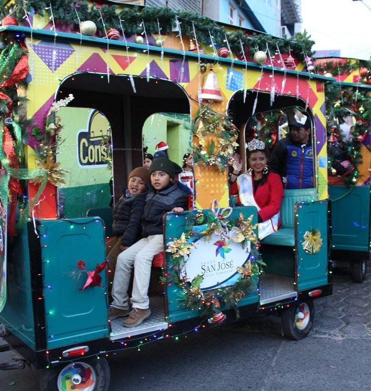 Durante el desfile navideño, el convite llevó un tren para un recorrido gratuito. (Foto Cortesía Convite Año Nuevo)