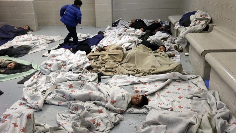 Los migrantes permanecen en albergues con temperatura controlada y espacios reducidos. (Foto Prensa Libre: EFE)
