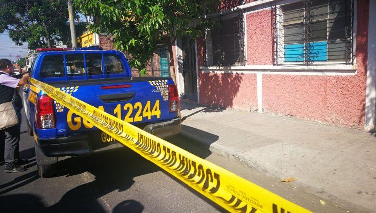 Los restos humanos hallados en la zona 6 de la capital este miércoles estaban en una bolsa negra. (Foto Prensa Libre: Estuardo Paredes)