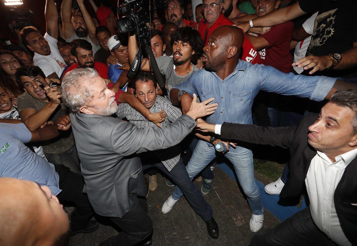 Entre empujones y vallas de simpatizantes, Lula abandona sede del sindicato metalúrgico para entregarse a la Policía.