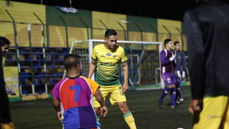 José Manuel Morales, hijo de Jimmy Morales espera una oportunidad para jugar con Deportivo Petapa. (Foto Prensa Libre: Edwin Fajardo)
