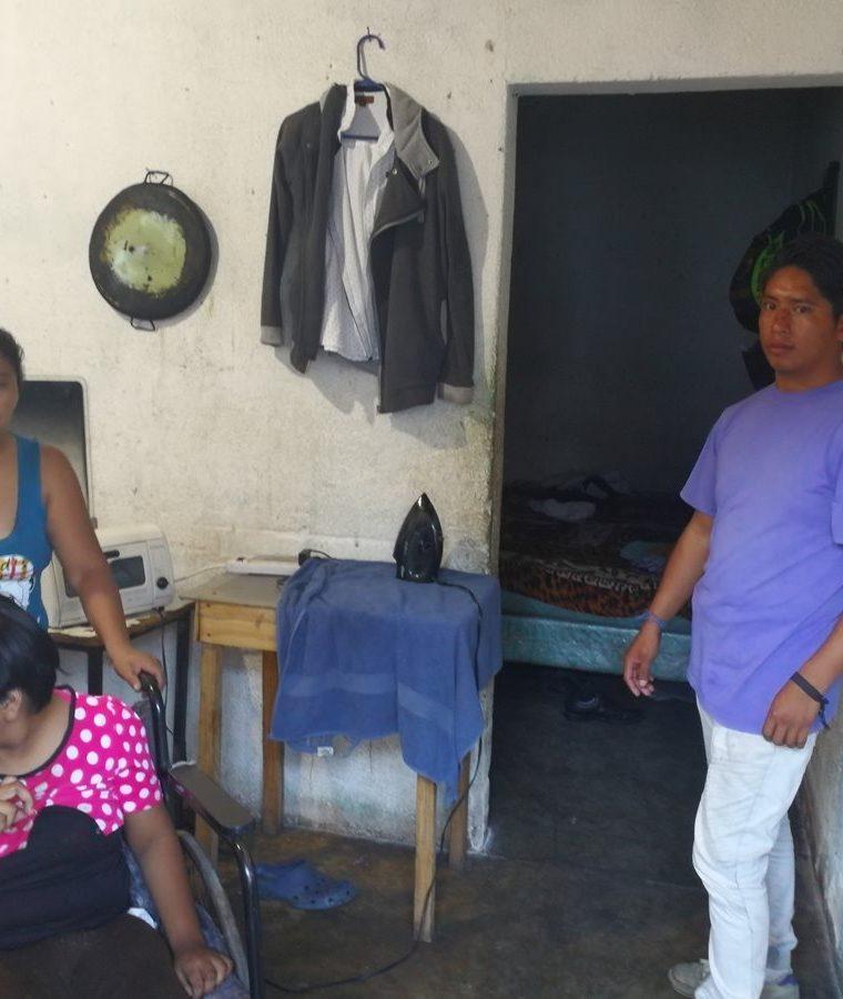 Marina González junto a su hija Wendy y Gilmer Miguel, en su vivienda en Boca del Monte. (Foto Prensa Libre: Oscar García).