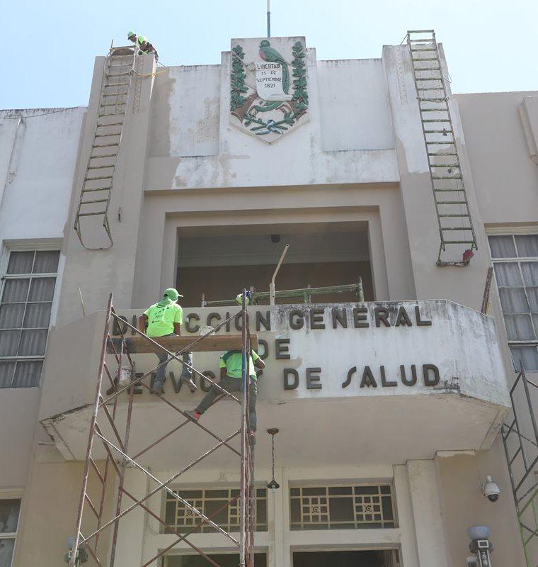 Trabajos en el edificio de la Dirección General de Servicios de Salud, entre la 14 y 15 calle. (Foto Prensa Libre: Óscar Felipe Quisque)