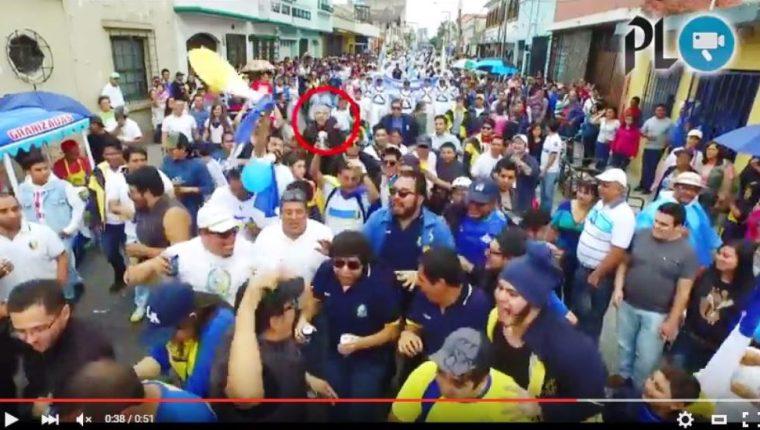 Momento en que uno de los jóvenes lanza la lata. (Foto Prensa Libre: Dron PL)