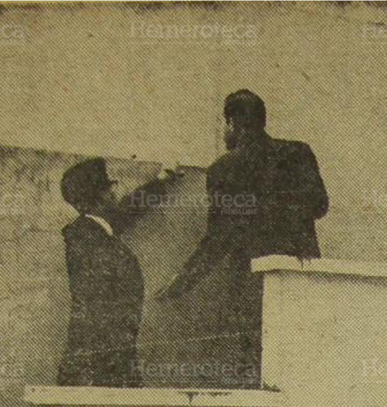 9/11/1965 Julio César Méndez Martínez, hijo, muestra uno de los posibles lugares de ingreso para dar muerte a su padre. (Foto: Hemeroteca PL)
