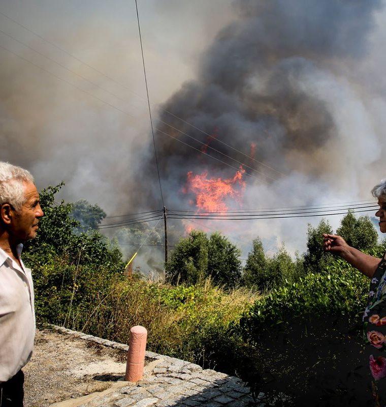 Cientos de bomberos y soldados portugueses combaten feroces incendios forestales en la ciudad turística de Algarve. (AFP)