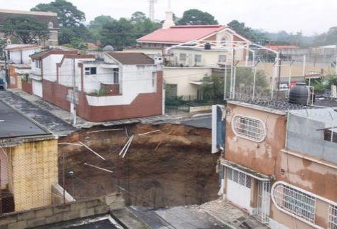 Un edificio de tres pisos se derrumbó al producirce un hundimiento en la colonia Ciudad Nueva, zona 2. (Por Prensa Libre: Óscar Estrada)
