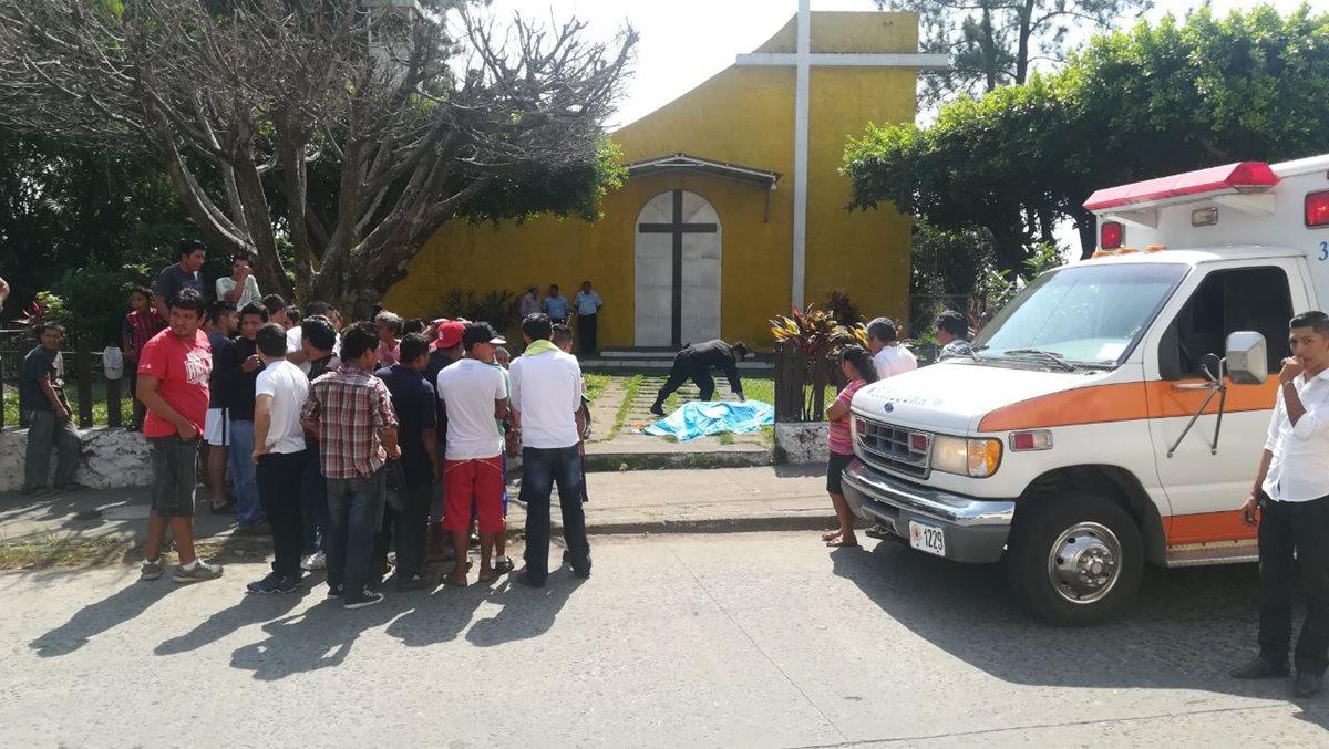 Agentes de la PNC resguardan el cadáver del exconcejal de Santa Lucía Cotzumalguapa, Escuintla, Amílcar Duarte. (Foto Prensa Libre: Enrique Paredes)