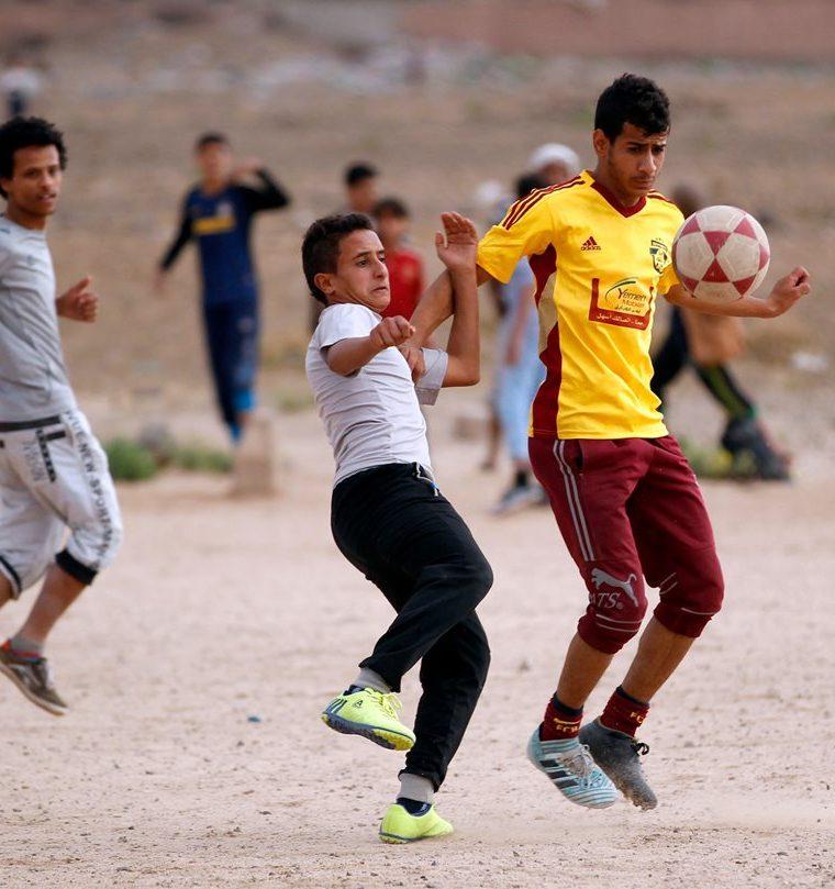El futbol es la distracción preferida de los jóvenes en Yemen. (Foto Prensa Libre: AFP)