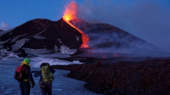 El lunes pudo observarse lava saliendo del volcán Etna, en Italia, el más alto y activo de Europa. REUTERS