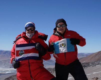 Warner Rojas y Jaime Viñals en la cumbre del Volcán Incahuasi. (Foto Prensa Libre: Cortesía Jaime Viñals)