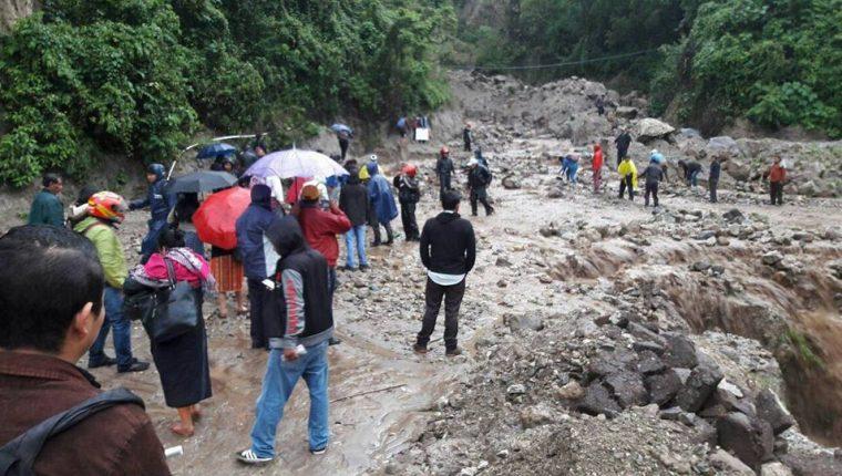 El paso en el km 133 de la RN11 se ha visto obstaculizado por los constantes derrumbes. (Foto Prensa Libre: Ángel Julajuj)