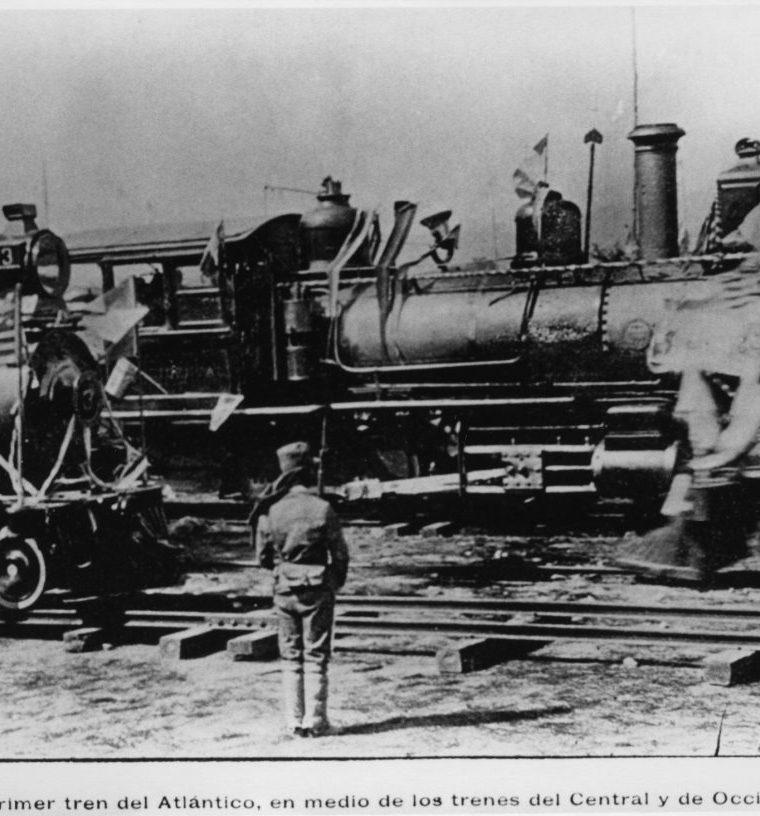 Primer tren del Atla?ntico, en medio de las ma?quinas Central y de Occidente. Coleccio?n del Ferrocarril Interocea?nico (1898-1908). (Foto: Fototeca Guatemala CIRMA)