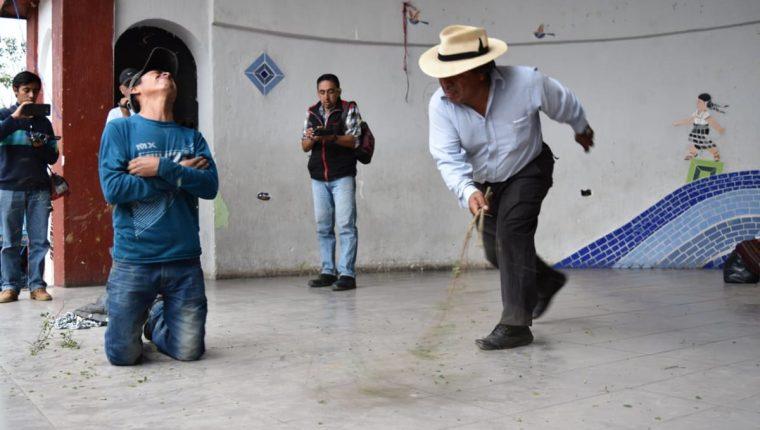 Juan Zapeta, alcalde indígena de Santa Cruz del Quiché, azota a un hombre acusado de haber robado un teléfono celular. (Foto Prensa Libre: Héctor Cordero)