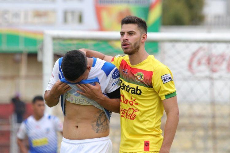 Daniel Marronquín consuela a Santamaría al finalizar el partido.