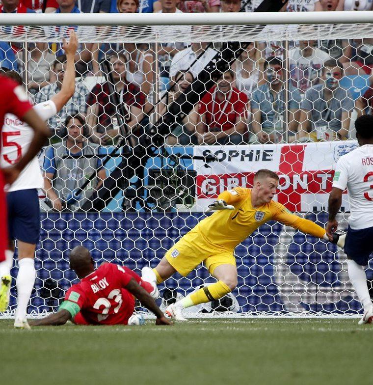 Momento en el que Felipe Baloy anota el primer gol de Panamá en un Mundial. (Foto Prensa Libre: EFE)