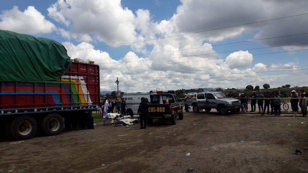 Las víctimas transportaban lechuga cuando hicieron contacto con cables de alta tensión en Patzicía, Chimaltenango. (Foto Prensa Libre: Cortesía)