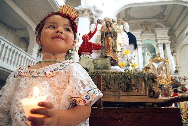 La tradición de llevar a los niños ante la Virgen Morena es centenaria. (Foto: Hemeroteca PL)