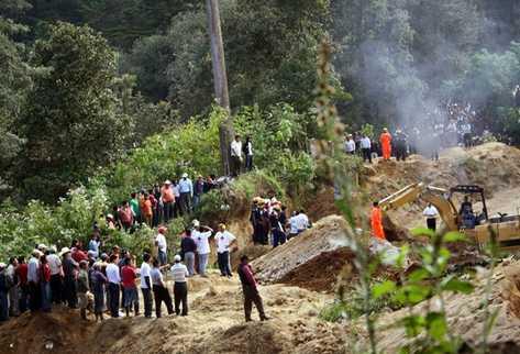 En un sector de Concepción Chiquirichapa, Quetzaltenango ocho personas quedaron soterrados. (Foto Prensa Libre: Carlos Ventura)