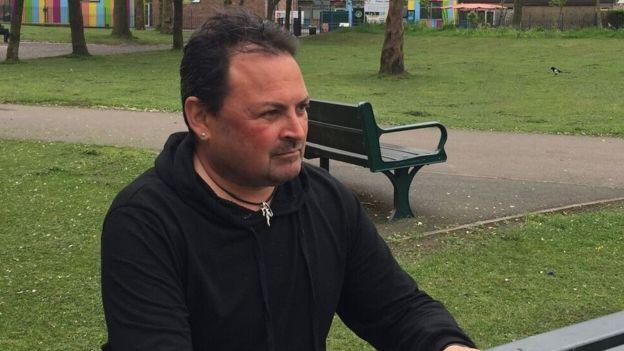 Mark cree que su terapia le ha ayudado pero le preocupa no contar con más apoyo por parte de las autoridades sanitarias.