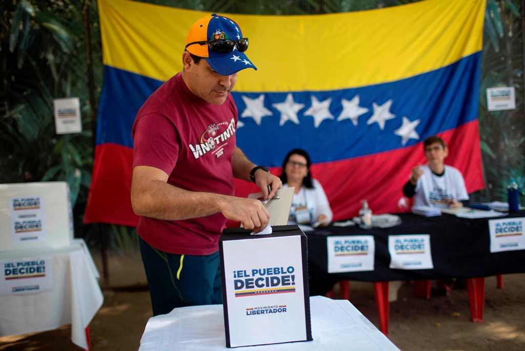 Miles de opositores venezolanos votan contra Maduro y su Constituyente