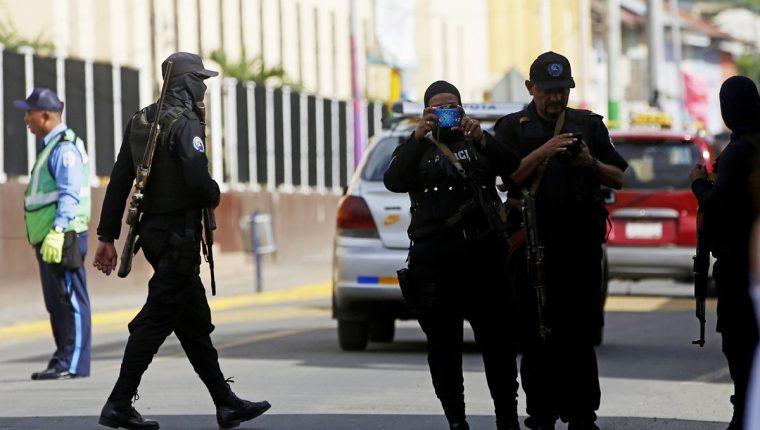 Policías vetaron la labor periodística internacional en Nicaragua. (Foto Prensa Libre: EFE)