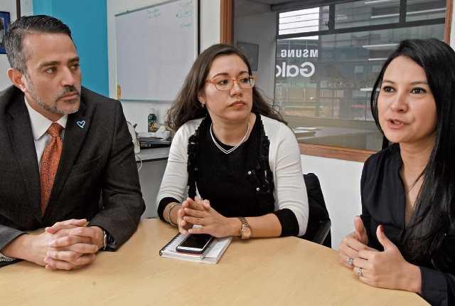 Enrique Marín, Nayelly Loya y Pilar Ramírez hablan en la sede en Guatemala de la Unodc acerca de los peligros en internet y cómo prevenirlos, durante uno de varios talleres que las entidades. internacionales brindaron a policías, fiscales, jueces y miembros de la sociedad civil. (Foto Prensa Libre: Estuardo Paredes)