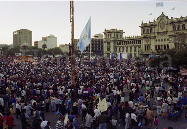 Miles de personas se congregaron en la Plaza de la Constitución para participar de la firma de los Acuerdos de la Paz, llamó la atención la instalación de un Palo Volador, tradición ancestral, como parte de los festejos el 29 de diciembre de 1996. (Foto: Hemeroteca PL)
