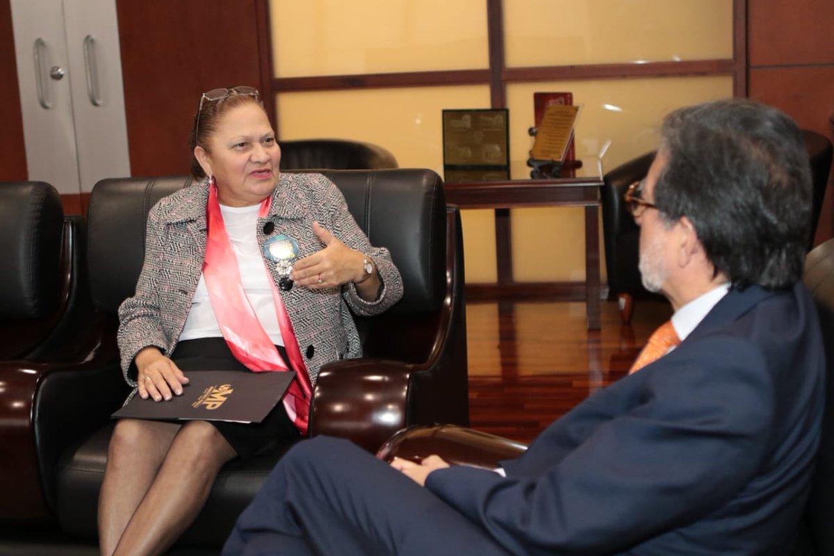 La fiscal general, María Consuelo Porras, conversa con el embajador de EE. UU. en Guatemala, Luis Arreaga, en una reunión en la sede del Ministerio Público. EE. UU. trabajará de manera coordinada con la nueva Fiscalía Transnacional. (Foto: MP)