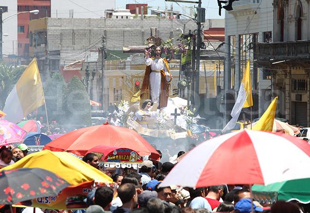 Entre las ventas avanzan las procesiones. (Foto: Hemeroteca PL)