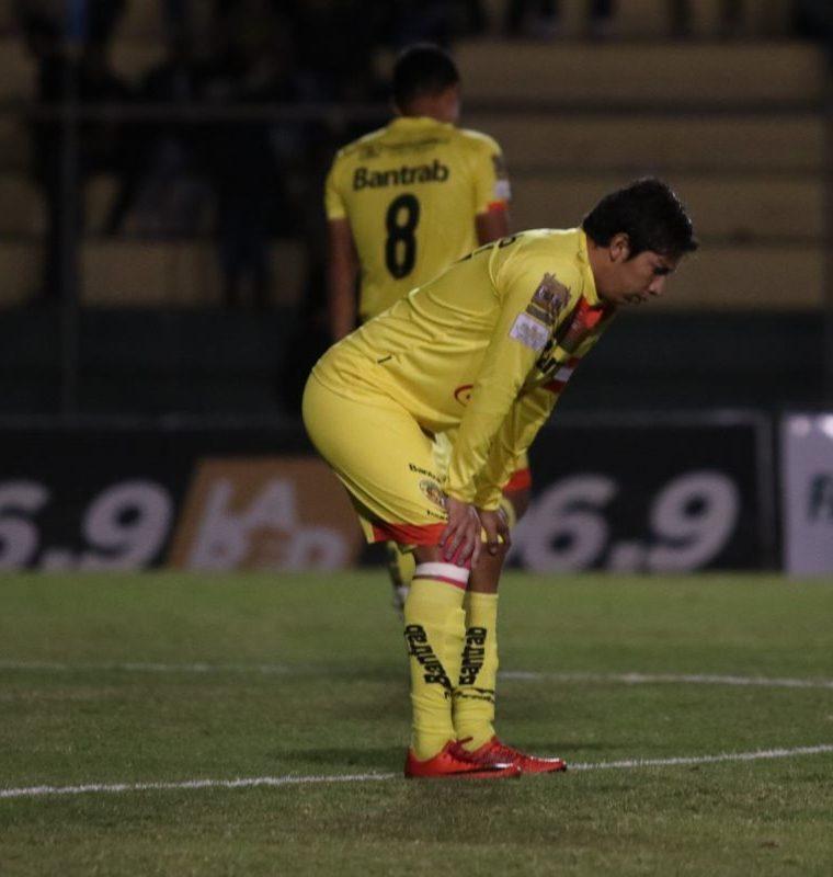 Los jugadores de Marquense no podían creer que perdieron por un marcador tan abultado frente a su afición. (Foto Prensa Libre: Raúl Juárez)