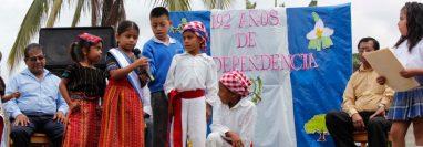 Estudiantes de Baja Verapaz conmemoran el Día de la Independencia, en el 2013. (Foto Prensa Libre: Hemeroteca)