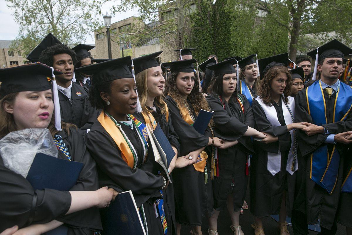 Estudiantes se retiran de su acto de graduación ante discurso de Vicepresidente Pence