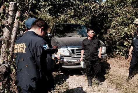 Agentes mexicanos inician con la investigación del cuádruple crimen.