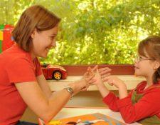 Es importante que todas las familias sepan cómo apoyar a parientes -adultos y niños- con sordoceguera. (Foto: Hemeroteca PL).