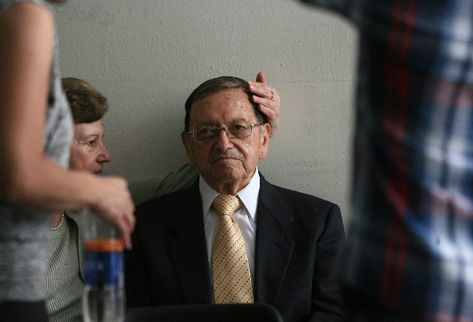 Héctor Mario López Fuentes, general retirado, es atendido por su esposa en el Juzgado Primero de Alto Riesgo, en la Torre de Tribunales.