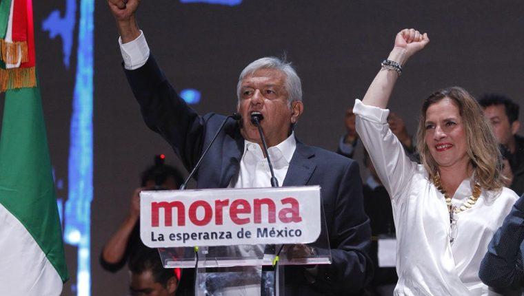 Andrés Manuel López Obrador y su esposa Beatriz Gutiérrez Müller saludan a cientos de simpatizantes en la Plaza de la Constitución de la Ciudad de México. (EFE).