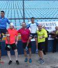 Mario Pacay y Williams Julajuj fueron agasajados en el Doroteo Guamuch Flores, por un grupo de amigos del atletismo. (Foto Prensa Libre: Francisco Sánchez).