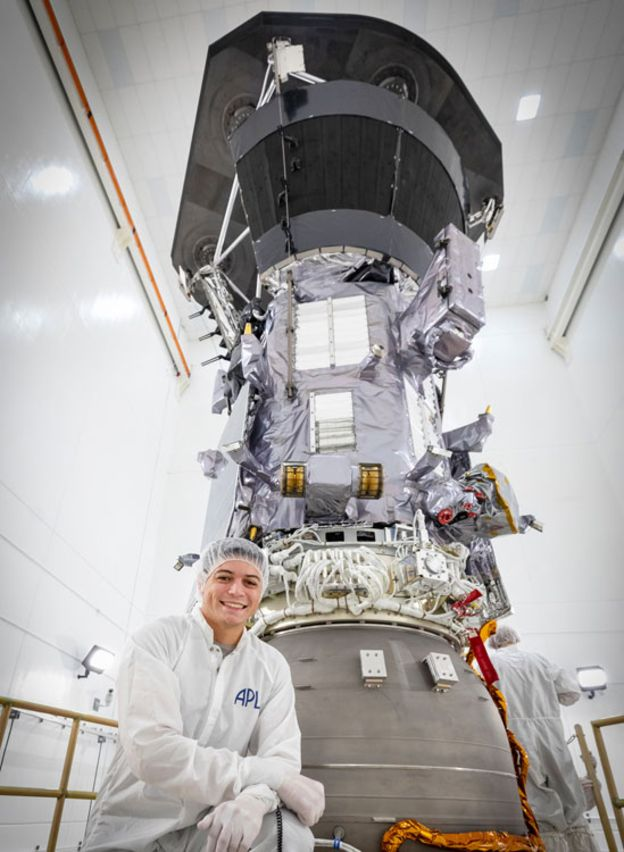 El ingeniero Juan Felipe Ruiz, quien creció en Bogotá, es jefe adjunto del equipo de ingeniería mecánica de la Sonda Solar Parker. (NASA/Johns Hopkins APL/Ed Whitman)