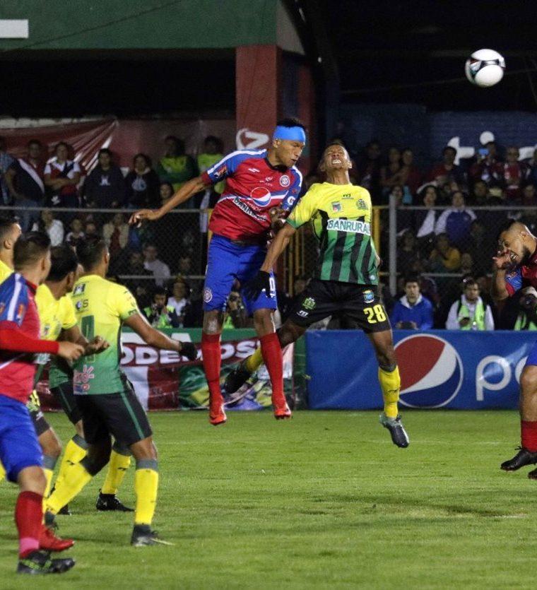 """Xelajú MC cayó """"en la trampa"""" de Guastatoya y recibió el gol del empate en un bien orquestado contragolpe. (Foto Prensa Libre: Carlos Ventura)"""