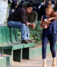 Una mujer camina en un parque de Xela, ante la mirada de un hombre. En esos sitios es donde las mujeres sufren mayor acoso. (Foto Prensa Libre)