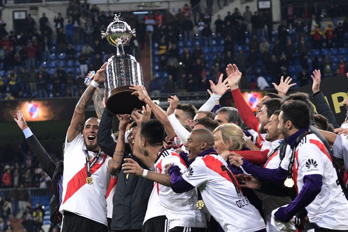 Los jugadores de River Plate levantan la Copa Libertadores. (Foto Prensa Libre: AFP)