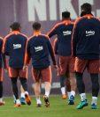 El entrenador del FC Barcelona, Ernesto Valverde (i) junto a sus jugadores durante el entrenamiento que realiza la plantilla. (Foto Prensa Libre: EFE)