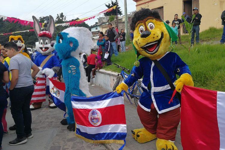 Enorme colorido en las calles de Totonicapán. ¡Cien puntos! (Foto Prensa Libre: Norvin Mendoza).