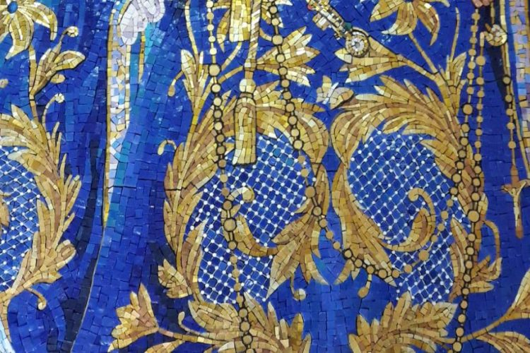 El marco y el mosaico fueron elaborados por separado en Italia.