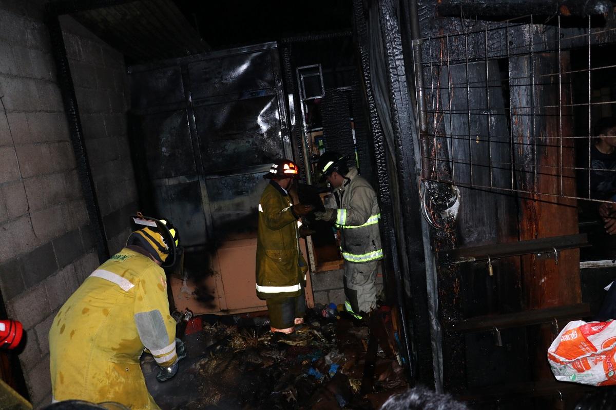 Socorristas Municipales y Voluntarios trabajaron en conjunto durante una hora para poder sofocar las llamas para evitar que se propagaran a otros comercios. (Foto Prensa Libre: Víctor Chamalé)