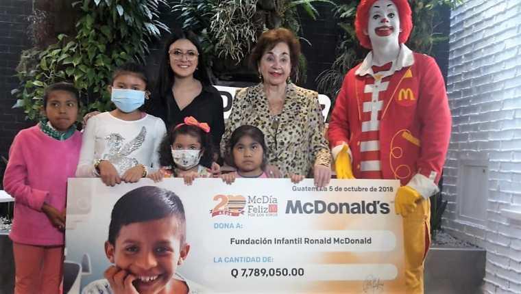 Representantes de Fundación Infantil Ronald McDonald reciben el donativo de lo recaudado durante la 20 edición del McDía Feliz. (Foto Prensa Libre: Estuardo Paredes)