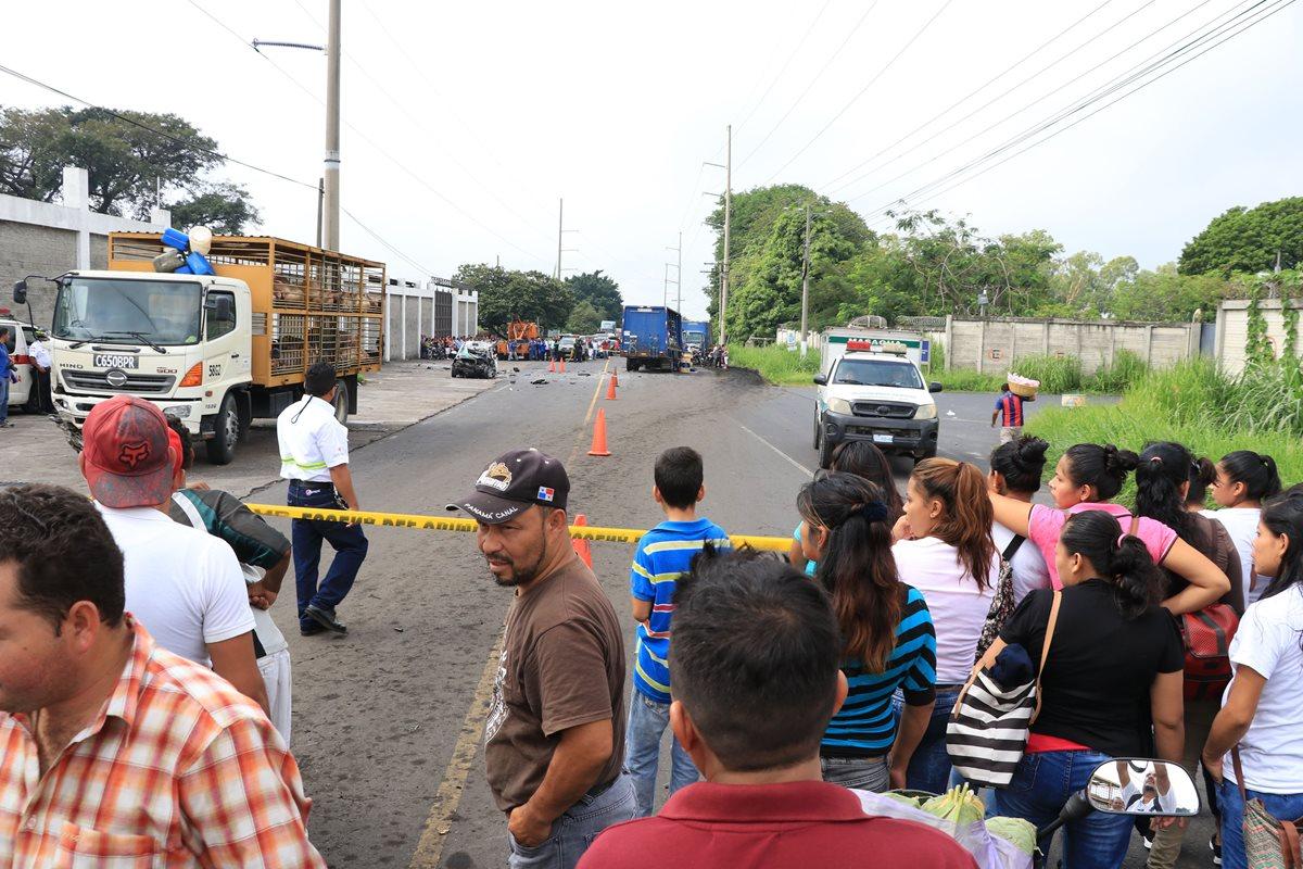 Curiosos permanecen en el lugar del accidente en la ruta a Masagua, Escuintla. (Foto Prensa Libre: Enrique Paredes).