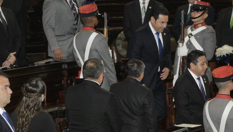 El presidente llegó al Congreso y evitó saludar a la bancada oficial. (Foto Prensa Libre: Edwin Bercián)